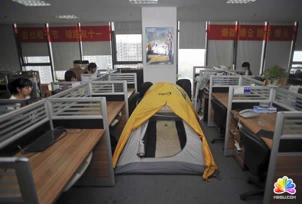 苦逼的淘宝卖家在办公室内搭起帐篷
